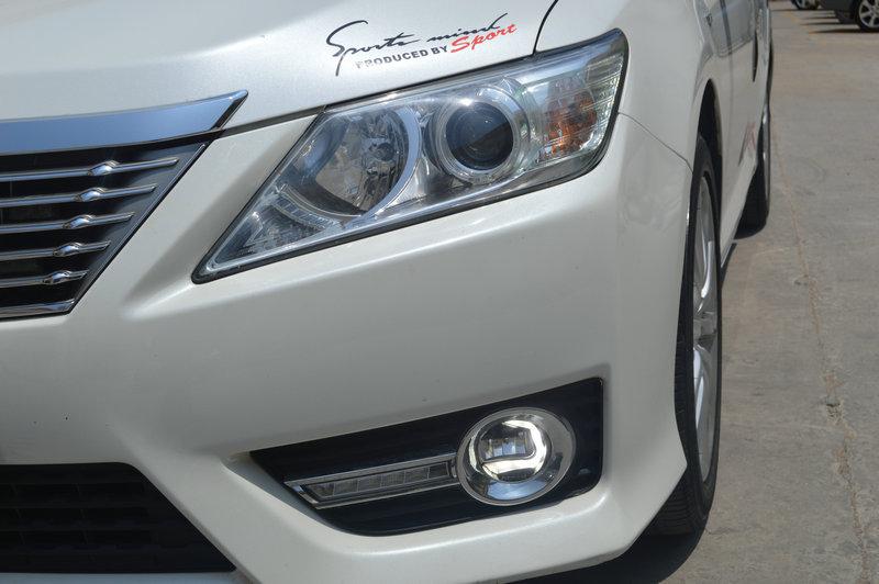丰田凯美瑞,车主已在三横渠改过大灯,效果无敌满意。 当发现欧司朗FOG LED总成时,立马前来升级雾灯总成 该雾灯名为Ledriving Fog,为圆形设计,直径为90毫米,符合很多主流车型的应用,所以完全不用进行任何改装就可以取代车辆上的传统卤素雾灯。欧司朗表示,这款头灯使用OEM质量LED确保两种功能。发挥日行灯功能的LED光导纤维能够确保均匀明亮的光线,提供更好的视觉。更宽的LED光束角确保雾灯在恶劣的天气条件下提供更好的可视度。Ledriving Fog里面内置两个灯光系统,一个是设计成字母C型
